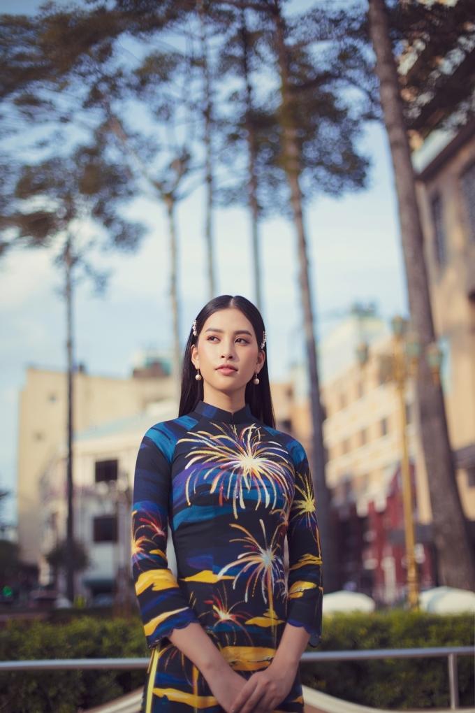 Tiểu Vy diện áo dài họa tiết Sài Gòn dạo phố