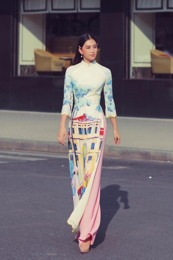 <p> BST được thiết kế dựa trên cảm hứng và tình yêu dành cho Sài Gòn của nhà thiết kế. Những chiếc áo dài đều được in họa tiết rực rỡ.</p>