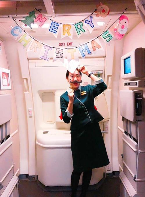Tiếp viên Chung Thể Hồng trong một lần đón Giáng sinh trên máy bay.