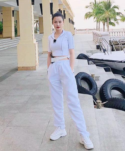 Cô ưu tiên những trang phục tông trắng, đồng thời cách mix tối giản hết cỡ.