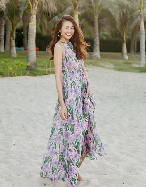 Thanh Hằng tung tăng dạo biển với váy hoa tươi trẻ.