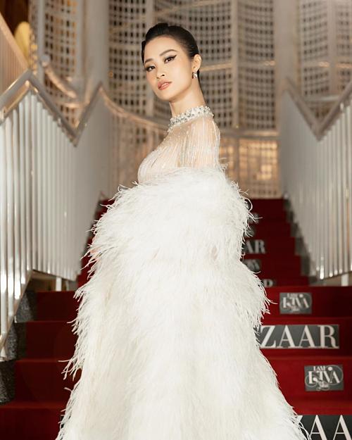 Khi tham gia sự kiện, nữ ca sĩ cũng lên đồ xinh đẹp, sang trọng chẳng kém ai.