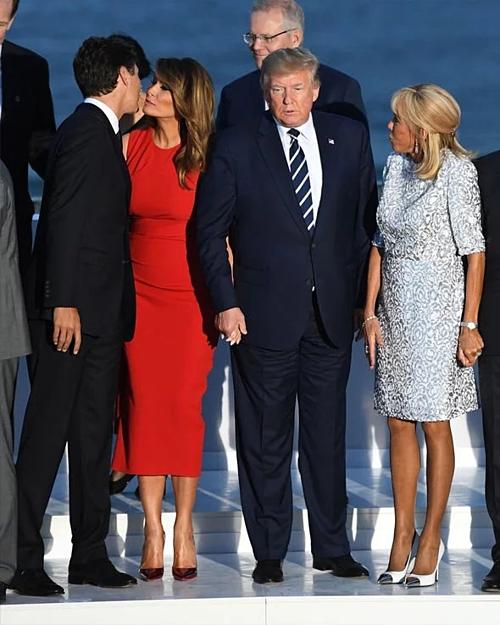Justin Trudeau (ngoài cùng)và Melania Trump đứng cạnh Donald Trump ở Biarritz, Pháp.