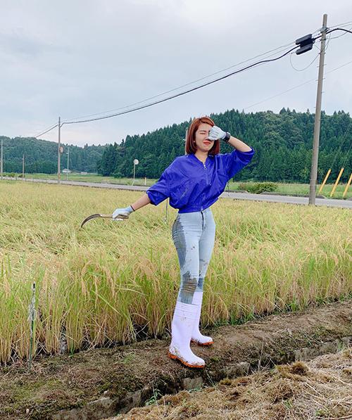 Thúy Ngân khám phá hoạt động thường ngày của người nông dân Nhật Bản khi câu cá ở ghềnh đá và trải nghiệm việc thu hoạch lúa. Người đẹp phim Gạo nếp gạo tẻ không ngại vất vả, lấm lem khi xuống đồng làm việc cùng người dân địa phương.