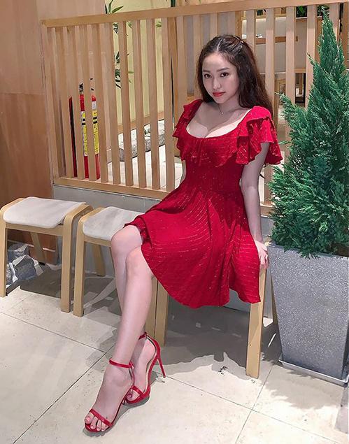 Dù có thân hình quyến rũ, hot girl Cà Mau lại đặc biệt ưa chuộng những bộ váy bánh bèo rất trẻ trung, ngây thơ.