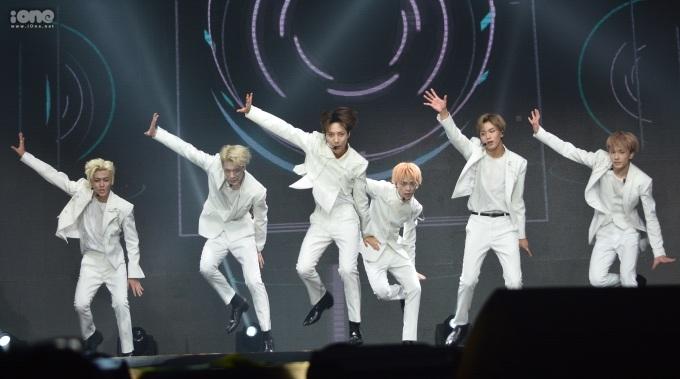 <p> Em út nhà SM biểu diễn liên tiếp 5 ca khúc hit gắn liền với sự nghiệp.</p>
