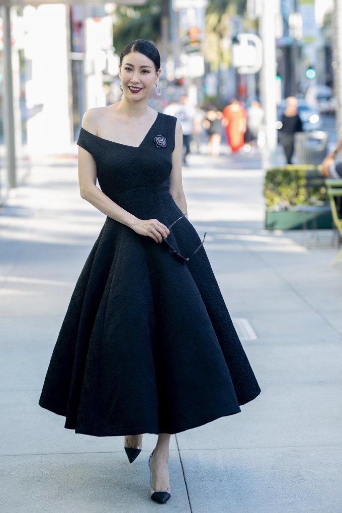 <p> Hà Kiều Anh điệu đà trên đường phố với chiếc váy xoè cổ điển. Hoa hậu tạo thêm sự bắt mắt cho trang phục bằng phụ kiện của Chanel, nhẫn kim cương và đồng hồ kim cương của Rolex.</p>