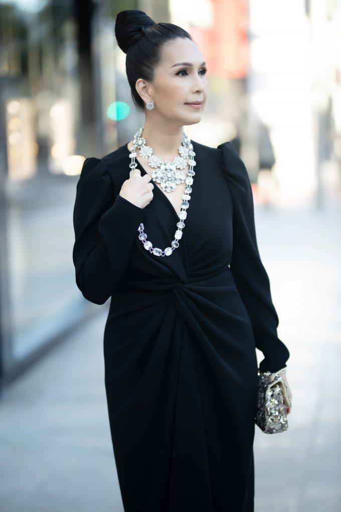 <p> Diễm My diện váy dài tay xẻ ngực chừng mực cùng phụ kiện của Chanel. Trong chuyến đi này, Diễm My cũng dành thời gian sắm thêm một số hàng hiệu để chuẩn bị cho nhiều dịp quan trọng sắp tới.</p>
