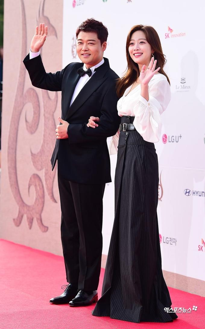 <p> Bộ đôi Jun Hyun Moo và Jo Bo Ah làm MC của lễ trao giải.</p>