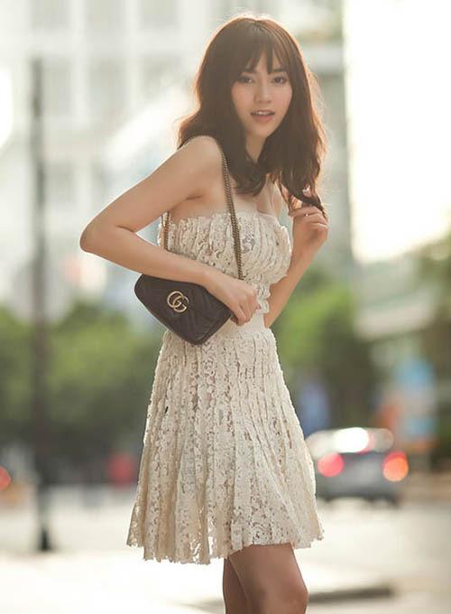 Túi Gucci giá khoảng 30 triệu đồng được Lan Ngọc đeo một bên vai, tạo hình ảnh nữ tính khi diện đầm ren.