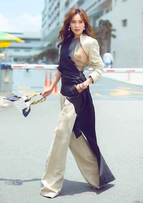 Thiết kế túi tròn xoe trong suốt của Louis Vuitton được lòng rất nhiều mỹ nhân Việt gần đây. Lan Ngọc cũng vừa tậu món đồ xinh xắn này về với mức giá khoảng 26 triệu đồng.