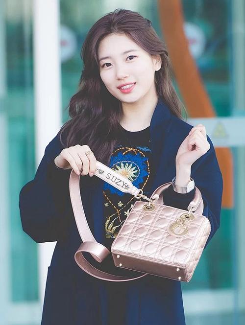 Suzy cũng từng tự hào khoe chiếc túi Lady Dior có giá hơn 100 triệu đồng. Trên dây túi, tên riêng của cô nàng được đính rất nổi bật.