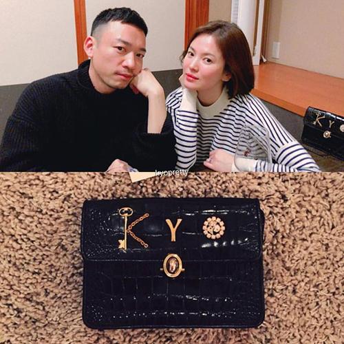 Song Hye Kyo có sở thích đặc biệt với túi xách. Ngoài những chiếc túi hàng hiệu cao cấp, cô còn có sở thích sắm túi vintage, được custom để trở thành món đồ có một không hai. Nữ diễn viên từng khoe chiếc túi đính tên Kyodo NTK gốc Hàn Dylan Ryu