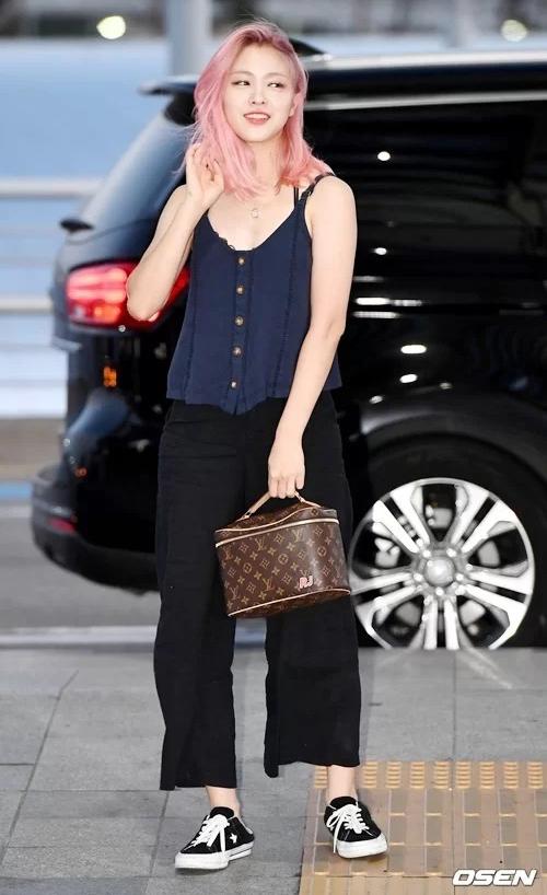 Các cô gái ITZY đều là con nhà giàu nên không khó khăn để sở hữu những chiếc túi hàng hiệu độc nhất vô nhị. Gần đây, Ryu Jin ra sân bay với túi Louis Vuitton thêu chữ RJ viết tắt từ tên của cô nàng.