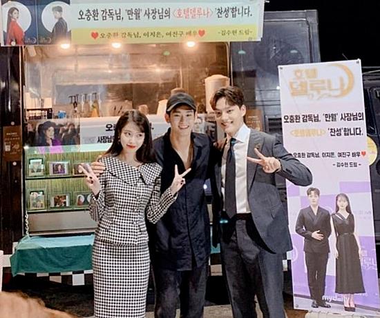 Kim Soo Hyun (giữa) từng gửi tặng xe cà phê cho đoàn phim.