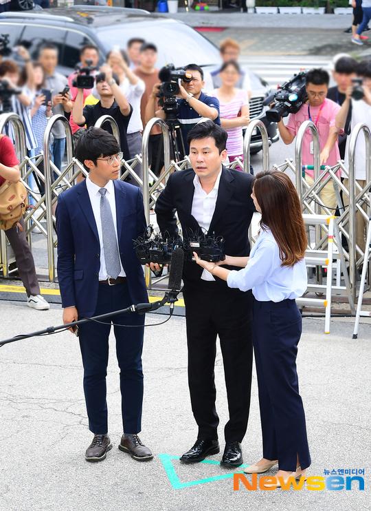 Rất đông phóng viên có mặt tại Sở cảnh sát. Trước câu hỏi Bạn có thừa nhận các tội danh đánh bạc ở nước ngoài không?, Yang Hyun Suk trả lời: Tôi sẽ thành khẩn trong vụđiều tra.