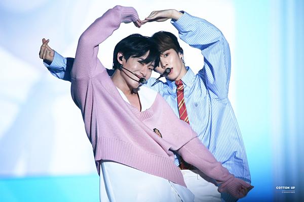 Seung Youn và Woo Seok chiếm spotlight của X1 trong showcase debut. Những cử chỉ tương tác giữa bộ đôi sinh năm 1996 này khiến các fan quắn quéo. Nhiều fanchèo thuyền Seung Youn - Woo Seok vì chemistry bùng nổ của hai anh chàng.
