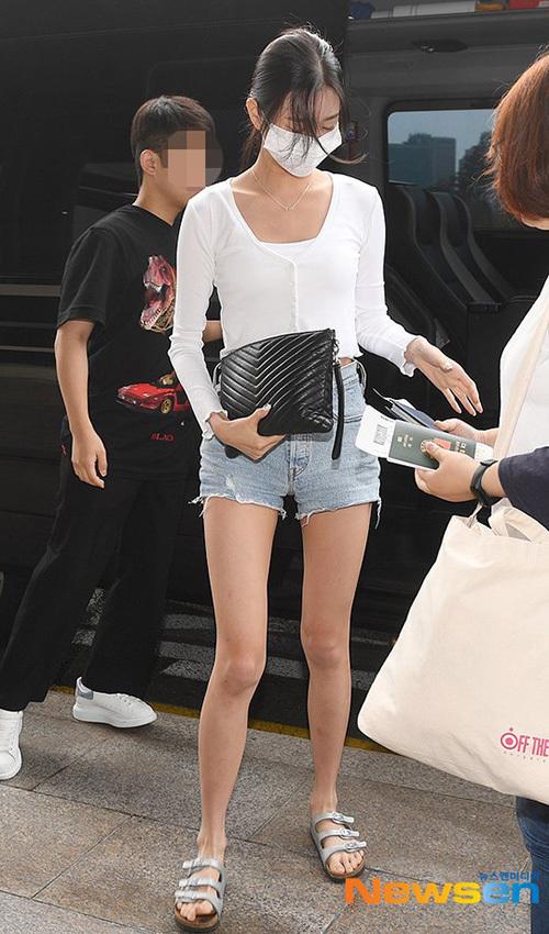 Jang Won Young gây bão vỡi xương quai xanh, chân dài ở sân bay - 2