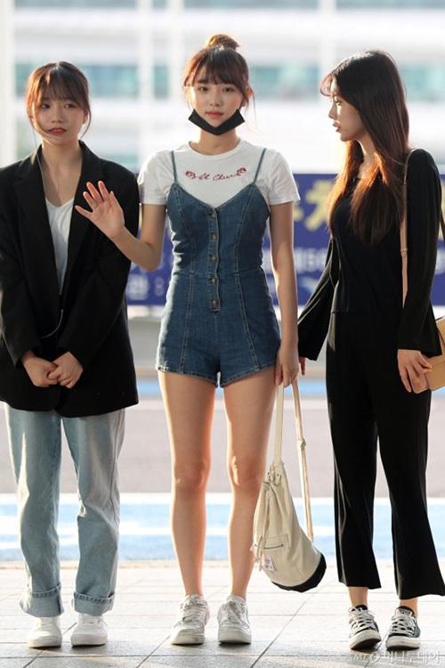 Jang Won Young gây bão vỡi xương quai xanh, chân dài ở sân bay - 5