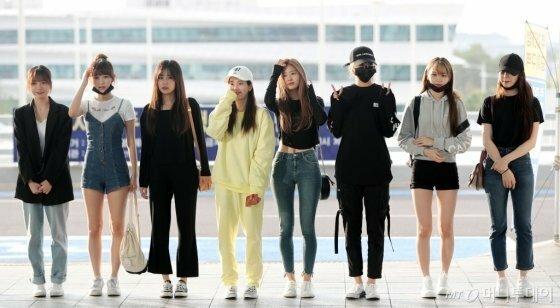 Jang Won Young gây bão vỡi xương quai xanh, chân dài ở sân bay - 8