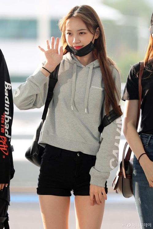 Jang Won Young gây bão vỡi xương quai xanh, chân dài ở sân bay - 6