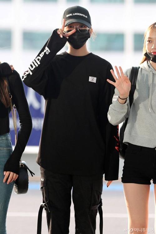 Jang Won Young gây bão vỡi xương quai xanh, chân dài ở sân bay - 7