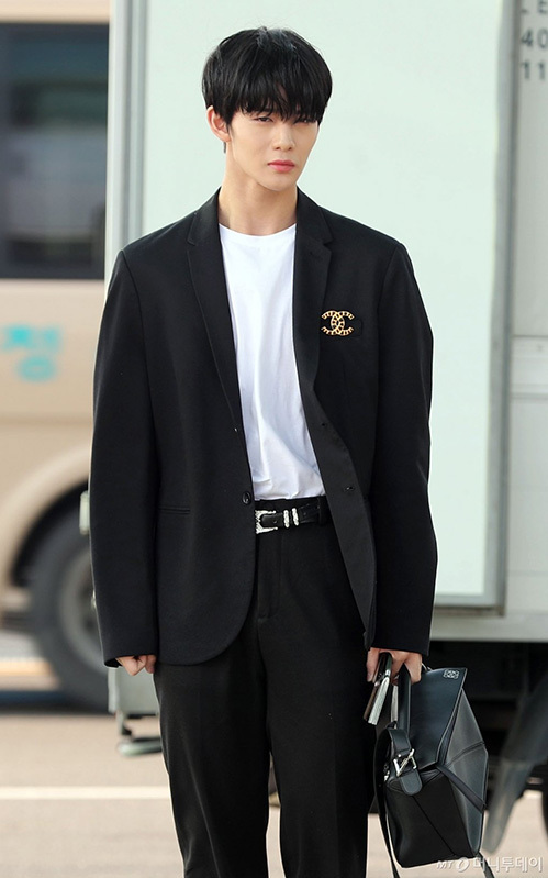 Jang Won Young gây bão vỡi xương quai xanh, chân dài ở sân bay - 10