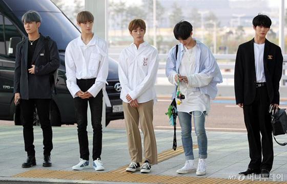 Jang Won Young gây bão vỡi xương quai xanh, chân dài ở sân bay - 9
