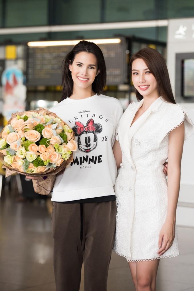 <p> Top 5 Hoa hậu Việt Nam 2018 Thùy Tiên có mặt ở sân bay để đón Mariem.</p>