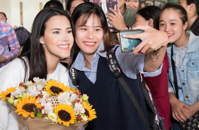 """<p> Mariem chia sẻ: """"Tôi rất ngạc nhiên khi vừa đến cổng đã nhìn thấy các bạn chào đón và còn mang theo rất nhiều hình ảnh của tôi. Đây là lần đầu tôi đến Việt Nam và các bạn đã để lại nhiều ấn tượng đẹp"""".</p>"""