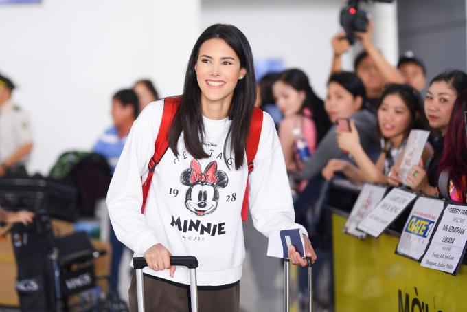 <p> Vừa xuống sân bay Tân Sơn Nhất, Mariem Velazco bất ngờ vì được nhiều người đứng chờ đón. Chuyến bay gần 20 tiếng nhưng cô vẫn liên tục nở nụ cười tươi.</p>