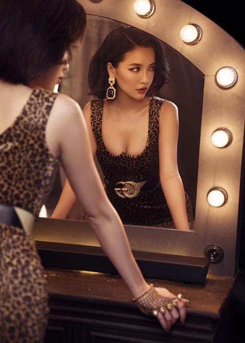Bộ váy khoét cổ sâu, cúp chặt vòng một giúp Bích Phương tôn tối đa vẻ gợi cảm cũng là một sản phẩm của NTK Minh Huyền.
