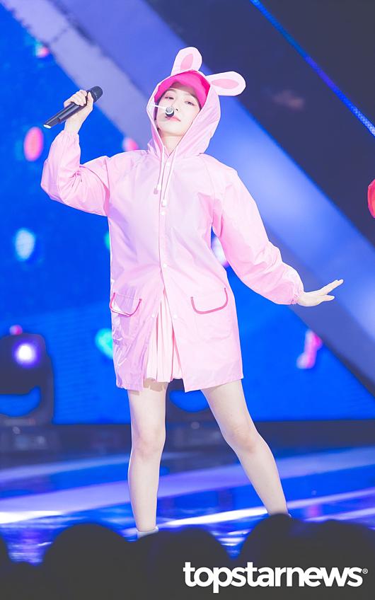 Irene mặc áo mưa hồng để trình diễnUmpah Umpah sau khi Red Velvetdành cúp chiến thắng tại The Show.