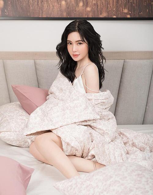 Elly Trần dù đã là bà mẹ hai con nhưng vẫn có nhan sắc trẻ trung.