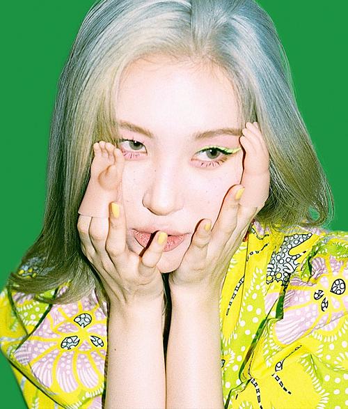 Mới đây, Sun Mi cũng thử nghiệm đường vẽ eyeliner sắc nét màu vàng chanh để hài hòa với chiếc đầm đang mặc.