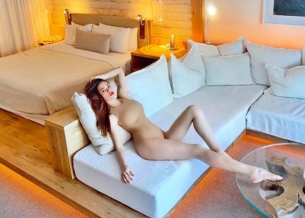 Mỗi chuyến du lịch, Hà Hồ lại sắm một loạt đồ tắm mới, chủ yếu có những tông màu cơ bản như đen, trắng, nude phù hợp với làn da trắng.