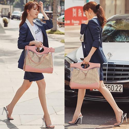 Khẳng định là người nắm bắt xu hướng, Ngọc Trinh không chỉ sắm rất nhiều túi xách tí hon mà còn rước vềhàng loạt mẫu túiđựng cả thế giới. Trong hình, người đẹp sang chảnh với túi tote của Chanel.