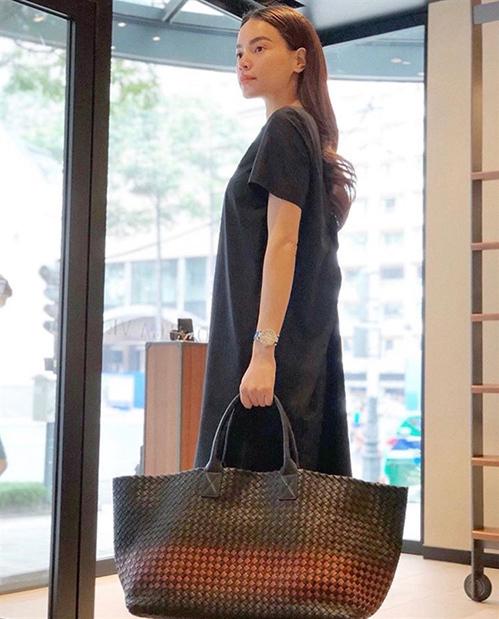 Hà Hồ từng gây choáng khi chi hơn 200 triệu đồng để sắm chiếc túi bị ví như làn đi chợ của Balenciaga.