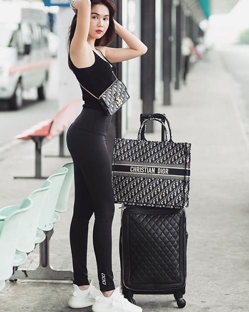 Ngọc Trinh cũng sở hữu một chiếc túi Book Tote, thường được cô dùng để chứa đồ khi ra sân bay.