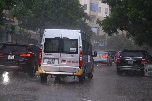 Chiếc xe ô tô thực nghiệm dưới trời mưa. Ảnh: Phạm Dự