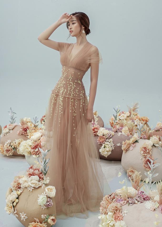 <p> Đỗ Mỹ Linh hóa công chúa lạc giữa rừng hoa với chiếc váy xẻ ngực sâu, phom dáng bồng bềnh.</p>