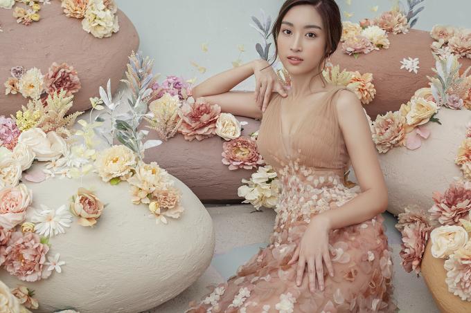 """<p> Nhan sắc mong manh như """"nàng thơ"""" của Mỹ Linh rất phù hợp với tinh thần của bộ sưu tập này.</p>"""