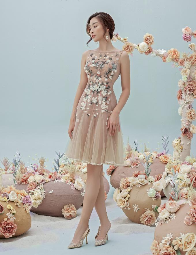 """<p> Đỗ Mỹ Linh xuất hiện gợi cảm khi làm mẫu cho bộ sưu tập """"Mơ"""" của nhà thiết kế Nguyễn Quảng.</p>"""