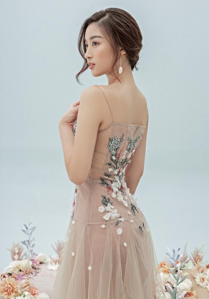 <p> Điểm nhấn của trang phục là họa tiết hoa lá tôn lên vẻ ngọt ngào, duyên dáng cho người đẹp.</p>