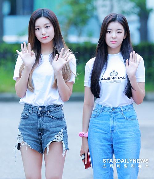 Yeji và Lia cùng diện áo phông trắng.