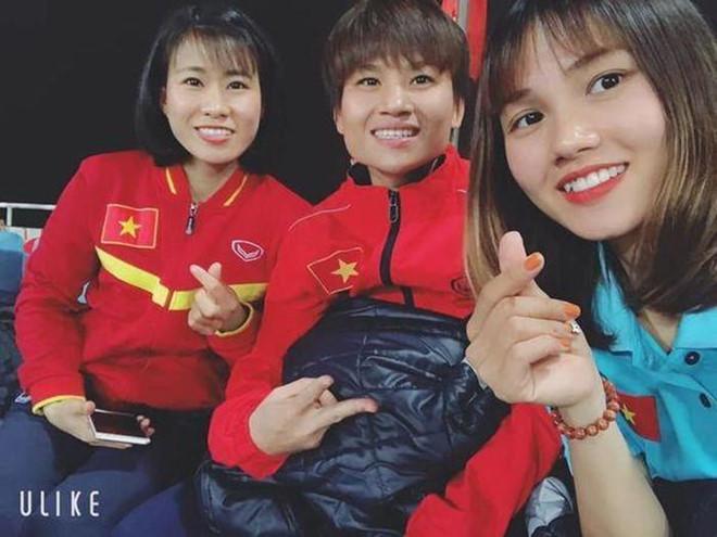 <p> Nguyễn Thanh Huyền (phải) sinh năm 1996, đang khoác áo CLB Hà Nội. Cô cao 1,72m, chơi ở vị trí hậu vệ.<br /> Ở AFF Cup 2019, cô chưa có nhiều cơ hội thể hiện. Hậu vệ 9x chia sẻ mỗi giải đấu qua đi sẽ có thêm nhiều kinh nghiệm. Tháng 3 vừa qua, Thanh Huyền được triệu tập lên tuyển tham dự vòng loại Olympic 2020.</p>