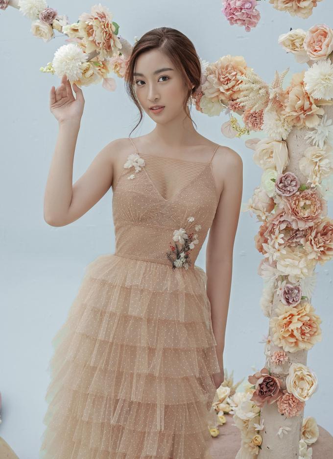 <p> Hoa hậu Việt Nam 2016 lấp ló ngực đầy với váy hai dây làm từ hai lớp chất liệu: ren và voan xuyên thấu. Nhà thiết kế may thêm lớp voan mỏng phía trên chi tiết xẻ ngực, giúp hoa hậu khoe vẻ gợi cảm chừng mực.</p>