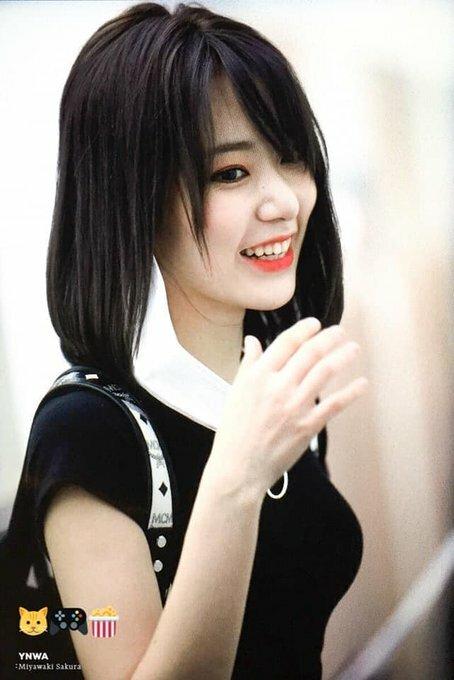 Sau một thời gian debut ở Hàn Quốc, Miyawaki Sakura gần như lột xác mỗi khi ra sân bay. Cô nàng trang điểm nhẹ nhàng, mái tóc phồng tự nhiên.