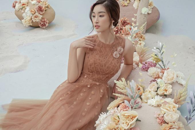 <p> Đỗ Mỹ Linh đẹp mong manh với mẫu váy được cắt may công phu từ nhiều lớp vải xuyên thấu. Những bông hoa 3D đính dọc thân váy tôn nét yêu kiều cho mỹ nhân Hà thành.</p>