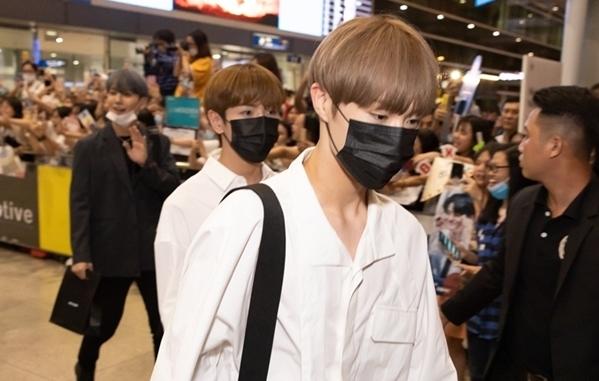 Đáp xuống sân bay muộn hơn 2 tiếng đồng hồ so với dự kiến, các chàng trai CIX bị ấn tượng với sự chào đón của fan Việt.